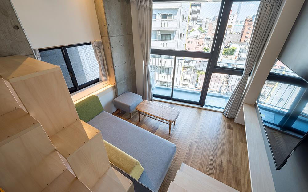 dots. tokyoのファミリースイートルームの上段ベッドスペースから見下ろすリビングスペース