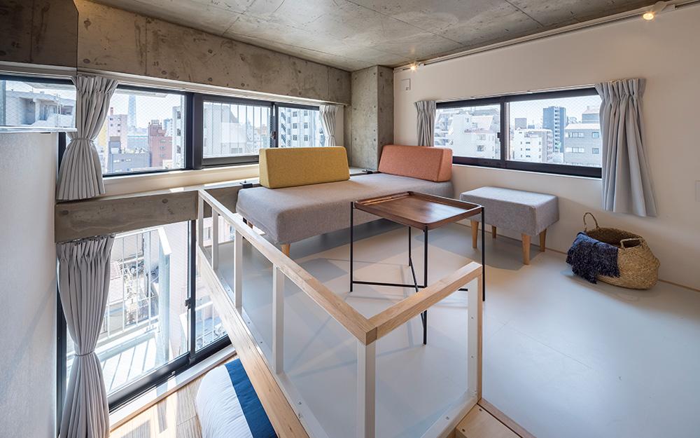 dots. tokyoのトリプルルームのリビングスペース
